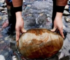 Ngôi làng ẩn chứa 'báu vật', dân đổi đời nhờ nhặt đá dưới sông mang bán