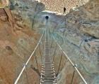 'Tim đập chân run' đi qua cầu cheo leo được mệnh danh là thang lên trời