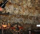 """Quán bar """"hút"""" khách nhờ... dán hơn 46 tỷ đồng trên trần nhà"""