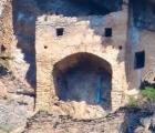 'Lâu đài cổ tích' bí ẩn được chạm khắc trên vách đá thẳng đứng