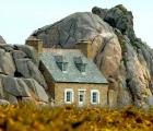 Ngôi nhà kỳ lạ kẹp giữa núi đá