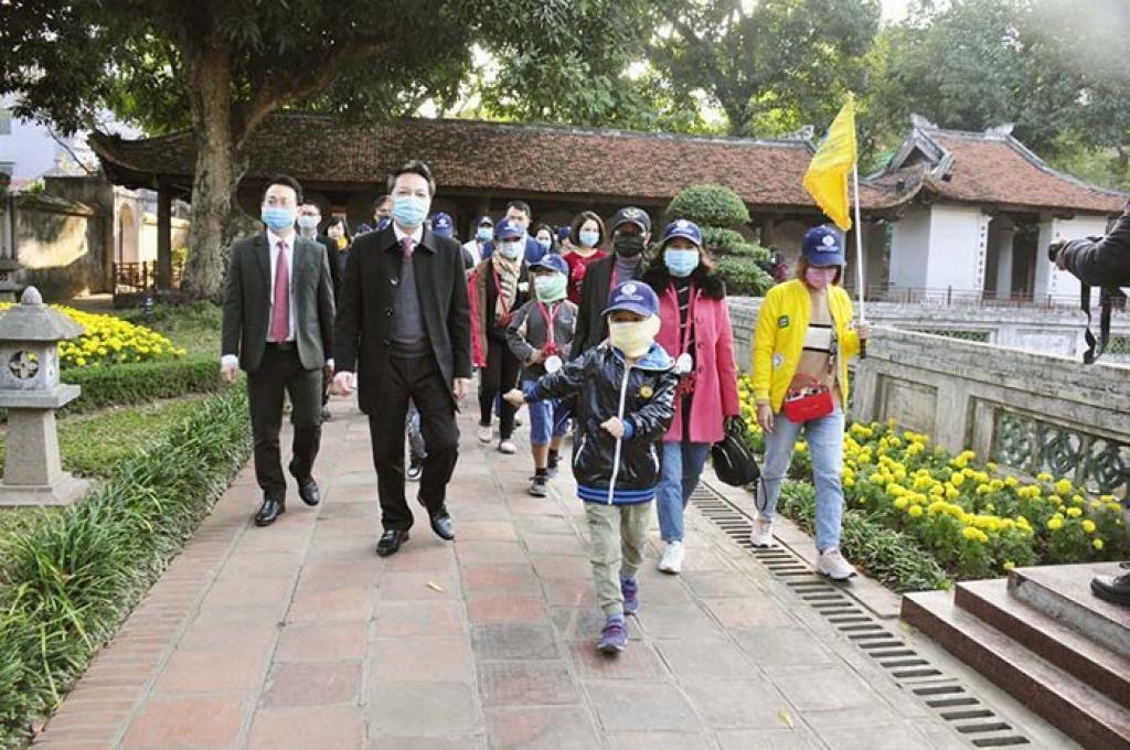 Đoàn khách du lịch đầu tiên đến Hà Nội năm 2021 tham quan Văn Miếu