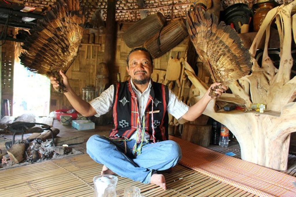 """Già làng Alăng Đợi đang hướng dẫn vũ điệu """"Múa lông thần ưng"""""""