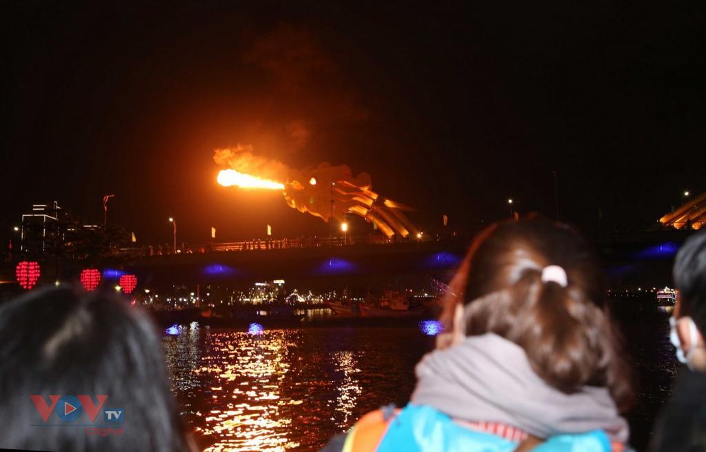 vnjvov Du khách ngồi trên tàu có thể xem tàu cầu Rồng phun nước, phun lửa.jpg