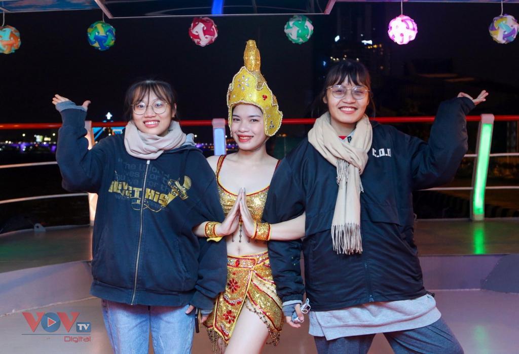 vnjvov Du khách thích thú với trải nghiệm tour trên sông Hàn.jpg