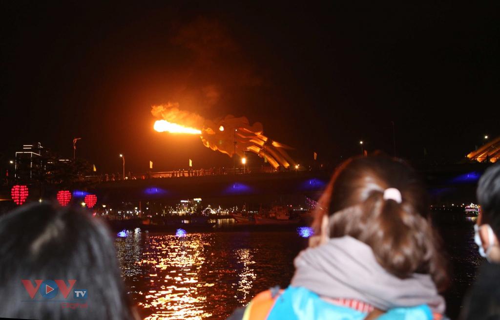 Cầu Rồng Đà Nẵng phun lửa, phun nước dịp Tết Nguyên đán Tân Sửu - Ảnh 1.