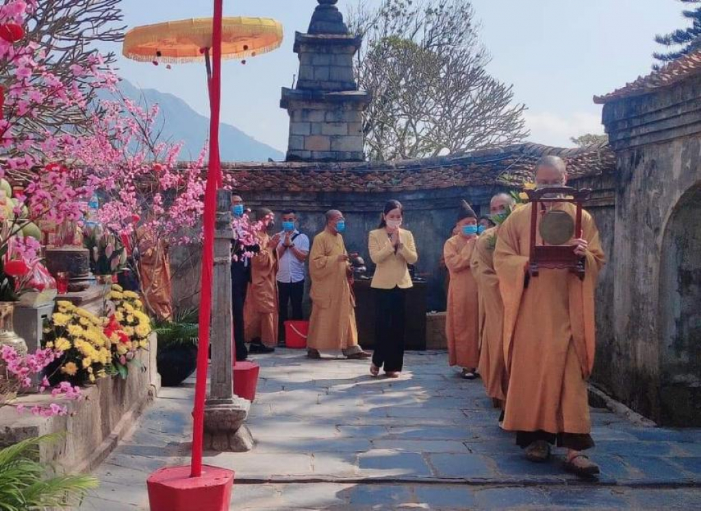 Các đại biểu rước lễ về Tháp Tổ.jpg
