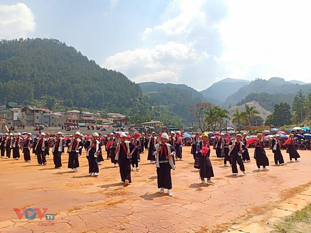 Cuốn hút màn múa khèn Mông, múa khăn của học sinh vùng cao Mù Cang Chải - Ảnh 5.