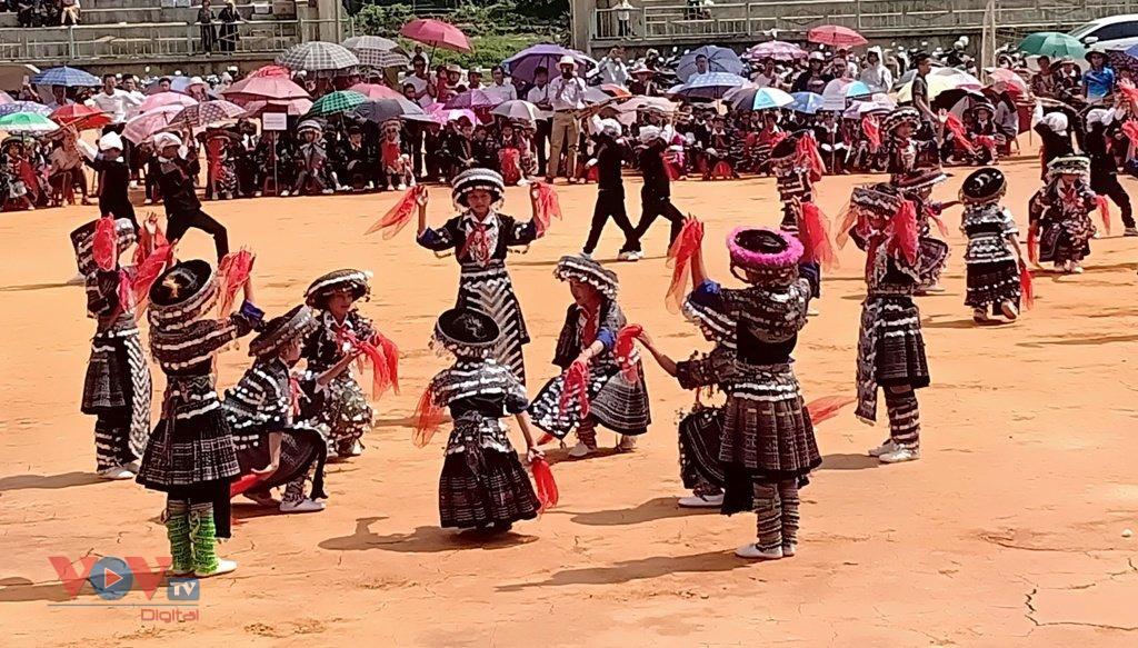 Cuốn hút màn múa khèn Mông, múa khăn của học sinh vùng cao Mù Cang Chải - Ảnh 6.