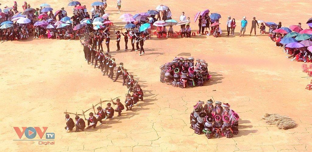Cuốn hút màn múa khèn Mông, múa khăn của học sinh vùng cao Mù Cang Chải - Ảnh 8.