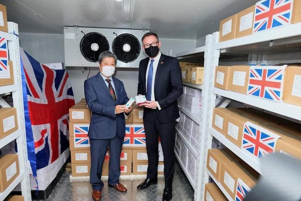 Việt Nam nhận 415.000 liều vaccine phòng COVID-19 do Chính phủ Anh trao tặng - Ảnh 1.