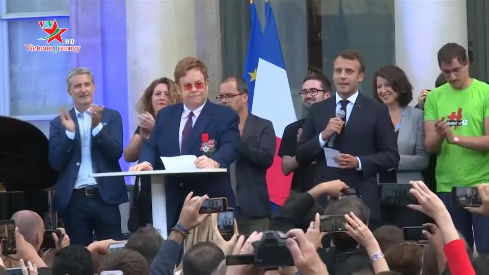 Nghệ sĩ Elton John được Tổng thống Pháp vinh danh vì những đóng góp đẩy lùi HIV/AIDS