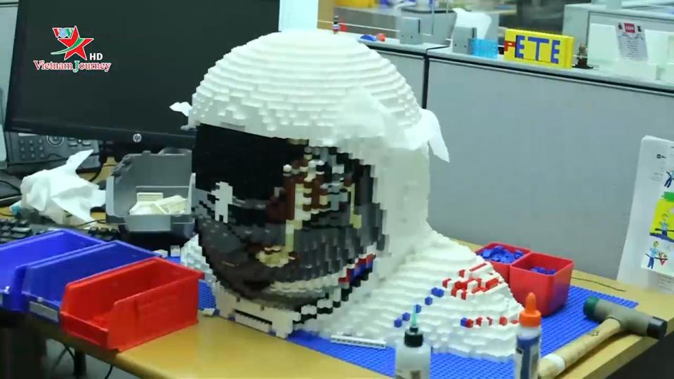 Lego ra mắt mô hình phi hành gia kích thước thật