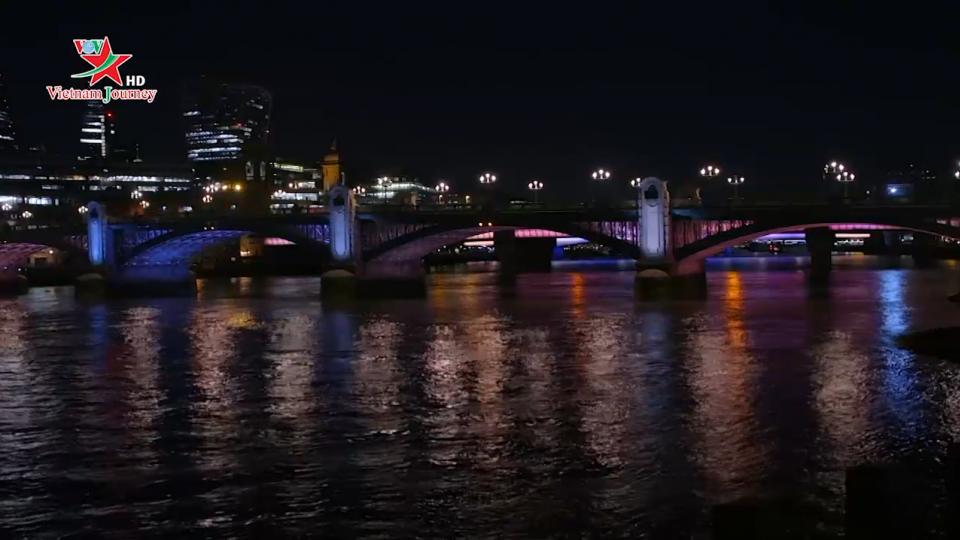 Màn trình diễn ánh sáng trên các cây cầu tại London, Anh