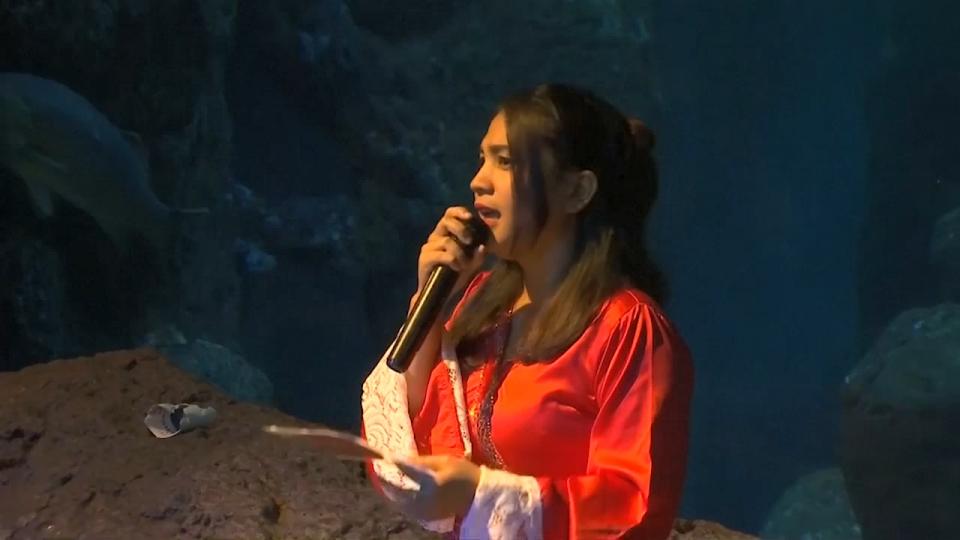 Indonesia biểu diễn lân sư rồng dưới nước đón năm mới
