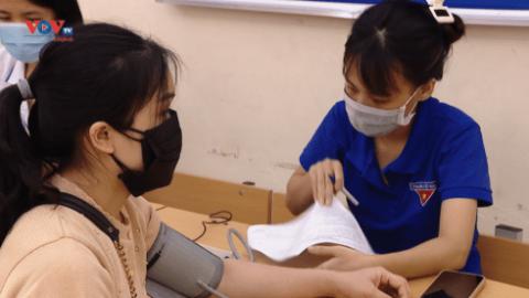 Ấn tượng màu áo xanh tình nguyện tại các điểm tiêm vaccine