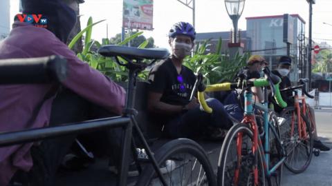 Indonesia: Nhóm tình nguyện viên đạp xe giao hàng miễn phí cho những người cách ly vì Covid-19
