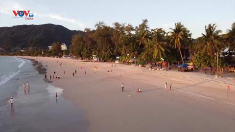 Khách du lịch nước ngoài tận hưởng thời gian du lịch tại đảo Phuket