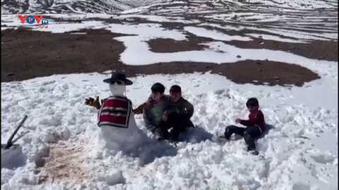 Người dân Chile thích thú khi tuyết bất ngờ rơi