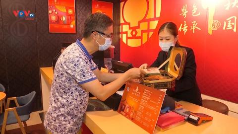 Người dân Trung Quốc ưa chuộng bánh trung thu truyền thống