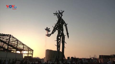 Tác phẩm khổng lồ dựng lên giữa đống đổ nát của vụ nổ cảng Beirut