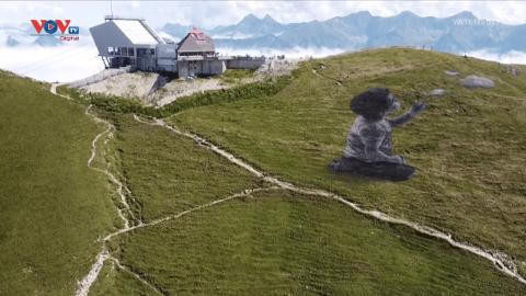 Tác phẩm khổng lồ trên sườn núi của nghệ sĩ graffiti người Pháp